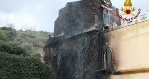 S. Alessio Siculo: a fuoco parte del locale Parco Ducale