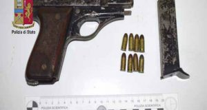 Fucile e pistola con matricola abrasa: la Polizia arresta padre e figlio
