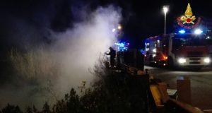 Valle degli Angeli: incendio discarica abusiva, intervento dei Vigili del Fuoco