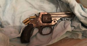 Marijuana e pistola illegalmente detenuta in casa: arrestata coppia messinese