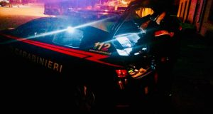 Quattro giovani pestano selvaggiamente padre e figlio: arrestati dai Carabinieri