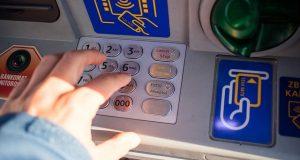 Manomettevano sportelli bancomat in città: arrestati dalla Polizia di Stato