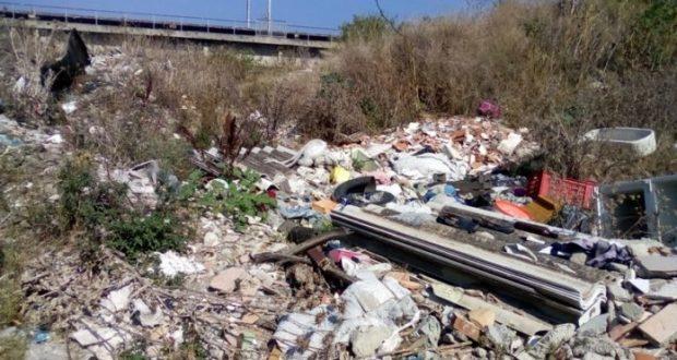 Discarica di materiale pericoloso sul torrente Mela: l'area è sotto sequestro