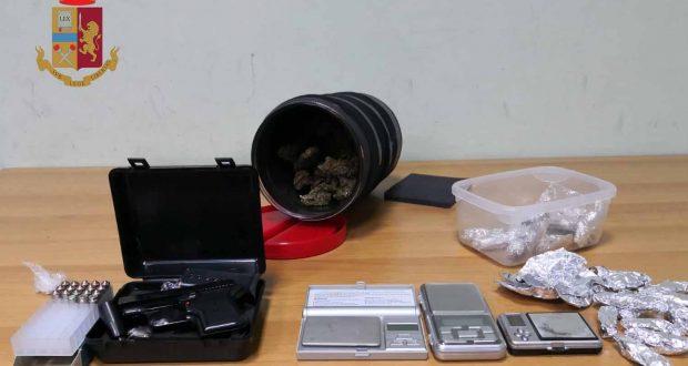 Pistola e droga sul comodino: arrestato 18enne