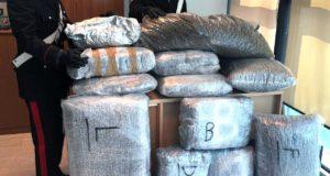 Con 90 kg di marijuana nel portabagagli tenta di fuggire dal posto di blocco: arrestato dai Carabinieri