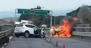 Grave incidente frontale sulla A18: fiamme e 2 feriti, sono donne