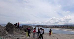 Studenti e volontari all'opera per ripulire la spiaggia