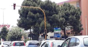 Il semaforo da mesi fuori servizio: le segnalazioni (mai ascoltate) dei residenti