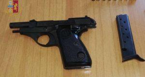 Minaccia vicini di casa e poliziotti con una pistola: arrestata 43enne messinese