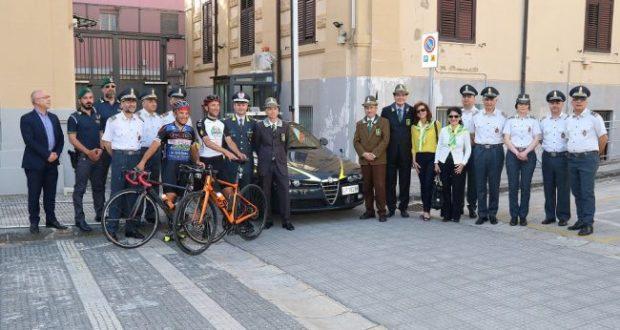 In bici da Milano a Messina: il viaggio del finanziere per ricordare il collega scomparso