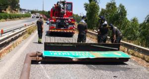 Cartello stradale sulla carreggiata: chiuso per qualche ora lo svincolo di Tremestieri
