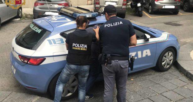 Minaccia di tagliare la gola ai poliziotti, arrestato immigrato nigeriano
