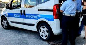 Messina, auto in corsa su macchine parcheggiate