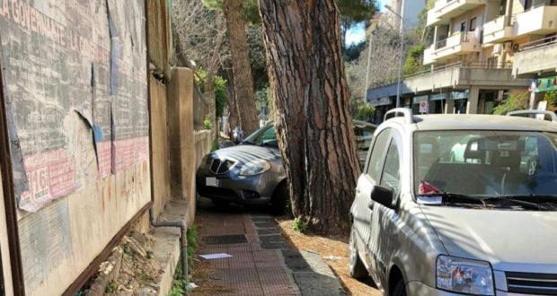 """Parcheggio selvaggio: l'Atm lancia campagna di sensibilizzazione """"Sei padrone del marciapiede?"""""""