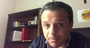 Messina, lo Stato mette sull'attenti De Luca: lui imperterrito difende la città