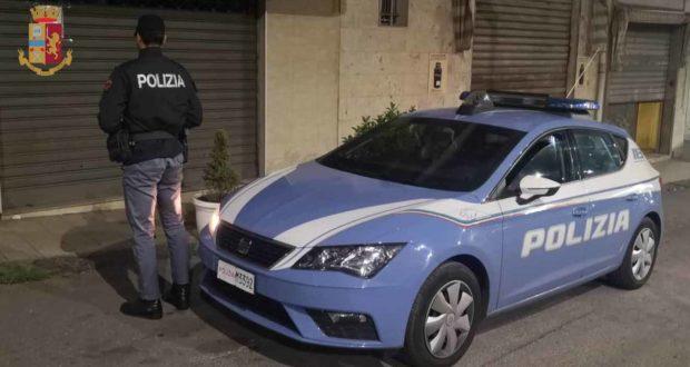 Motociclista ubriaco aggredisce poliziotto: scattano le manette