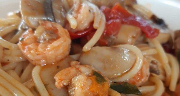 """A tavola con gusto: """"spaghetti ai sapori estivi mediterranei con prelibatezze di mare"""""""