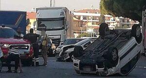 Messina: scontro tra auto, una si ribalta