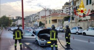 Messina, auto prende fuoco sulla Consolare Pompea