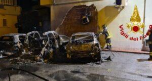 Rogo di auto a Milazzo nella notte: vasto l'incendio