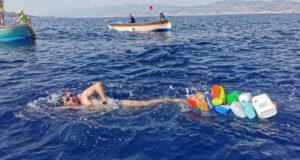 Attraversa a nuoto lo Stretto di Messina, l'impresa del biologo Carmelo Isgrò