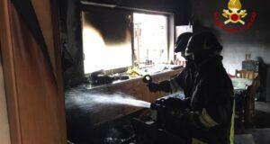 Incendio in una palazzina a Torregrotta. I condomini evacuati con un autoscala dei vigili del fuoco