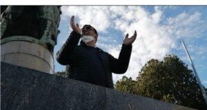Il consigliere Sorbello inscena un sit-in di protesta a piazza Municipio, interviene la Digos (video)