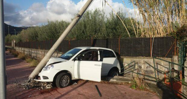 Taormina: sotto l'effetto di alcool e droga si schiantano contro un palo