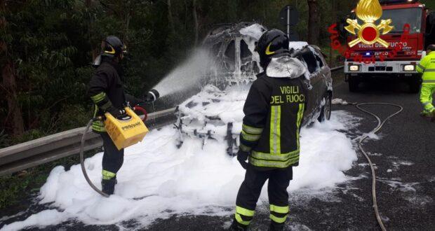 Auto in fiamme tra gli svincoli di San Filippo e Gazzi (foto e video)