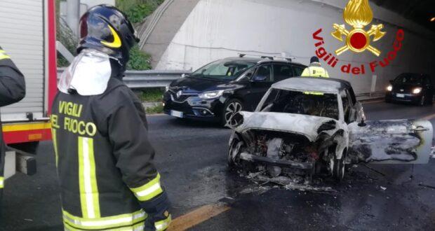 Automobile prende fuoco prima dello svincolo di Giostra.