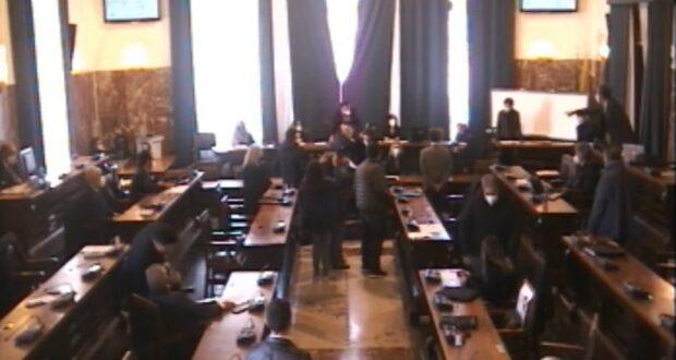 La mozione salva De Luca bocciata dal consiglio comunale, bagarre in aula. Espulsa l'assessora Tringali