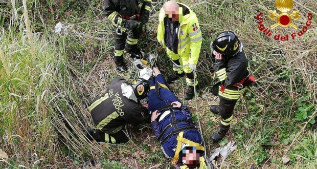 Cade in un dirupo, salvato dei vigili del fuoco a Castanea