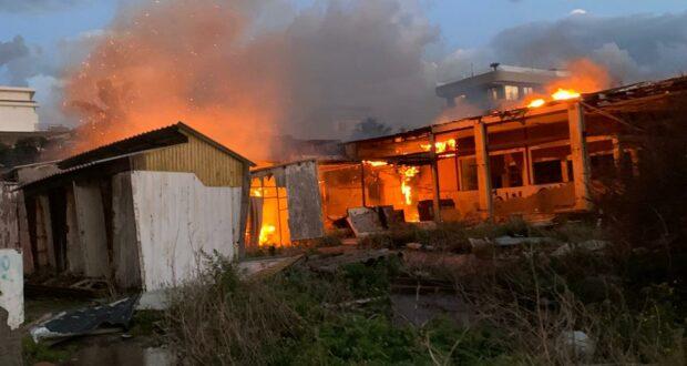 Milazzo: vasto incendio all'interno dell'ex discoteca le Cupole