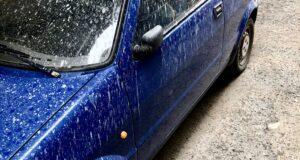 Piovono polveri sottili su un condominio a Ritiro: auto, balconi e cortili completamente imbiancati (foto e video)
