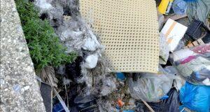 Pineta di Calamona, Biancuzzo segnala: spazzatura in strada e nel torrente
