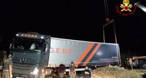 Tir ungherese sbaglia strada e rimane incastrato in uno dei tornanti che portano a Gesso (foto)