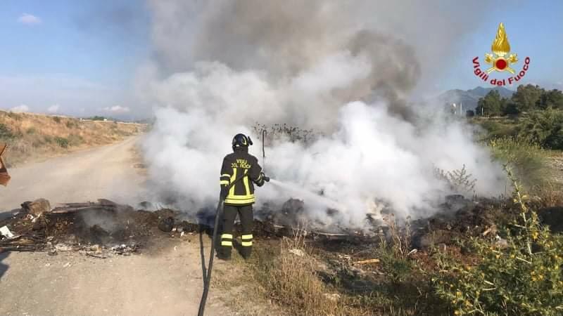 Incendio di rifiuti a Merí: intervengono i Vigili del fuoco