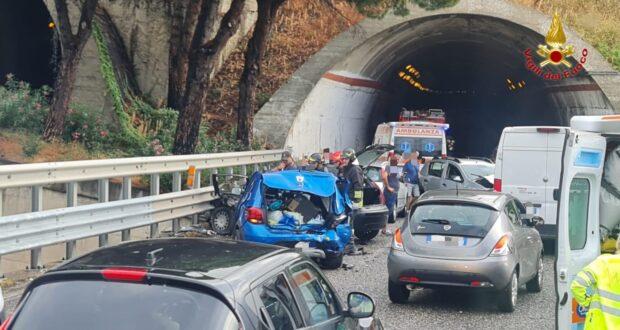 Grave incidente in tangenziale, coinvolte 4 auto (FOTO)