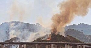 Messina continua a bruciare, nuovo incendio sulle colline sovrastanti il viale Giostra