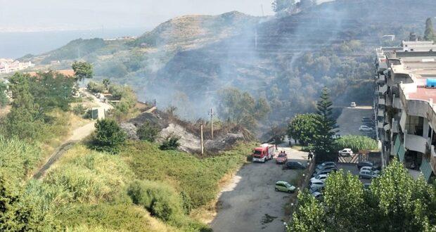 Drammatico incendio nella collina tra  villaggio Aldisio e San Giovannello, la popolazione si allontana dalle abitazioni (foto e video)
