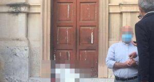 Il mistero della donna trovata morta sui gradini della chiesa di Santa Caterina: cade l'ipotesi dell'incidente?