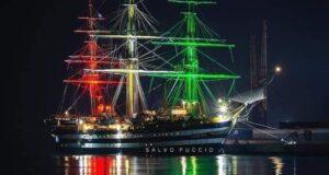 A Milazzo l'Amerigo Vespucci: spettacolo tricolore sulle coste tirreniche