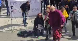 Entra in vigore il green pass, la gente dice no e scende in piazza